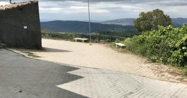 A sedici anni dalla frana che interessò la zona sud di San Teodoro, nel Messinese, sono finalmente in arrivo le opere di consolidamento destinate a mettere in sicurezza decine di abitazioni ed esercizi commerciali.