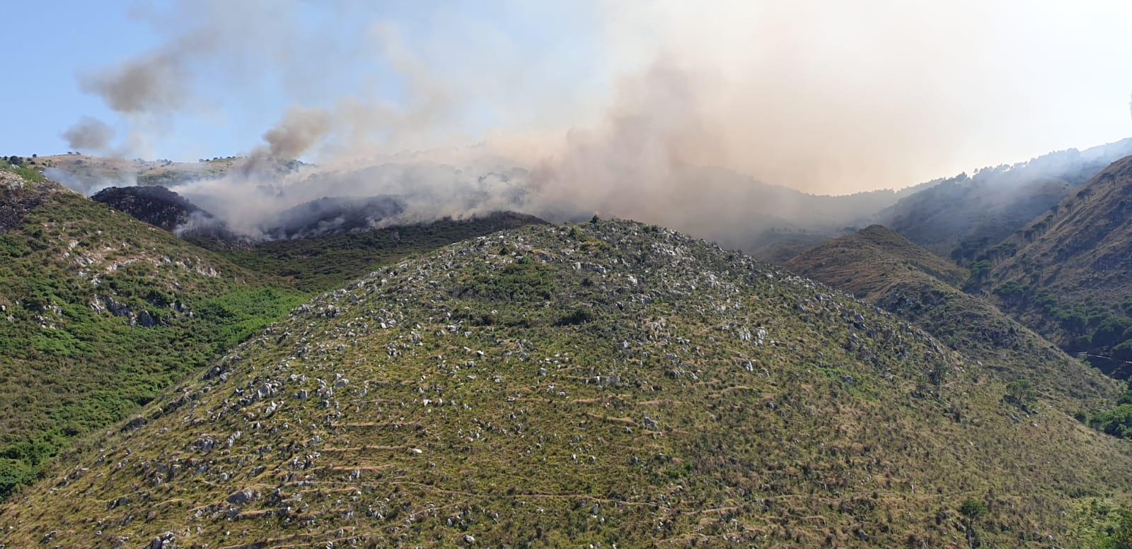 L'82° Centro C.S.A.R.dell'Aeronautica Militare effettua 3ore di volo e 10 lancicon 9mila litri di acquaper combattere un incendio