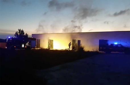 Incendio al deposito comunale di documenti di via Alpi  Probabile natura dolosa. Nessun danno alla struttrura. Parzialmente distrutti alcuni documenti