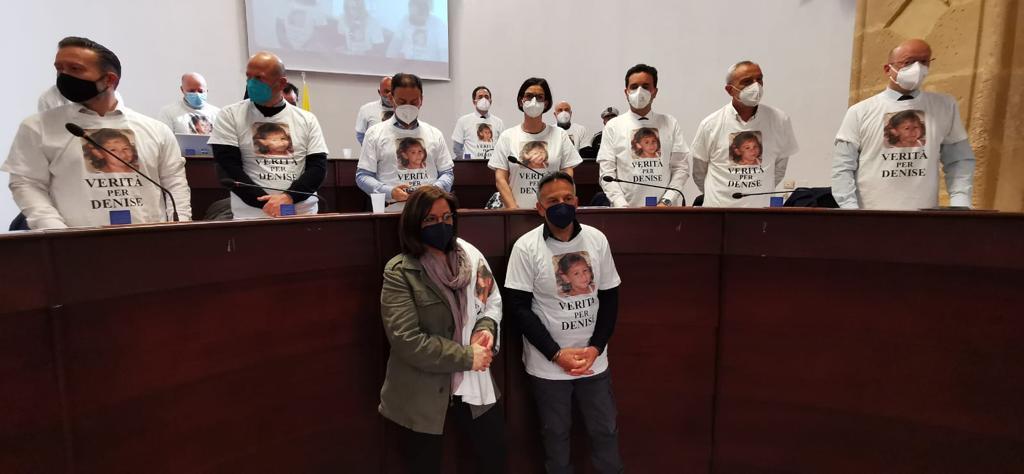 Verità per Denise Piera Maggio e Piero Pulizzi alla seduta del Consiglio Comunale di Mazara del Vallo che indossa le magliette per Denise