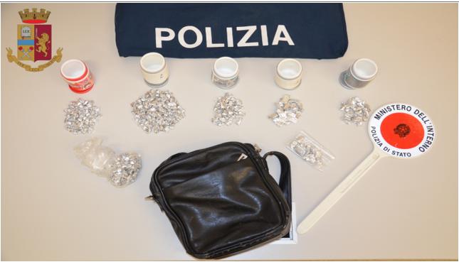 Beccato con 400 dosi di droga: pusher arrestato dalla Polizia di Stato